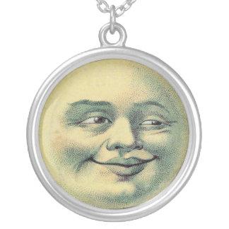 Hombre del vintage en el collar de la luna