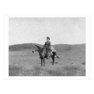 Hombre en caballo con la fotografía matada del postal