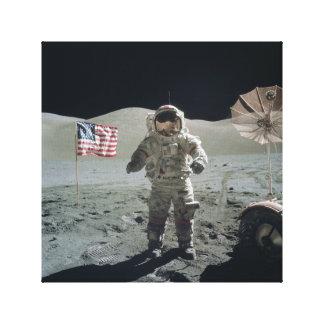 Hombre en la impresión de la lona de la luna