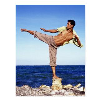 Hombre en los artes marciales que golpean la postal