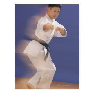 Hombre en postura del karate postal