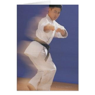Hombre en postura del karate tarjetón