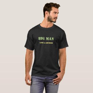 Hombre grande con una camisa de la novedad del