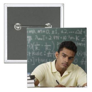 hombre joven que se sienta en su escritorio, escri pin