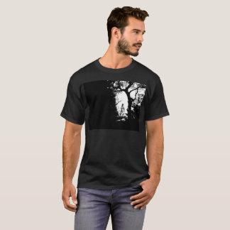 Hombre lobo en camiseta del bosque