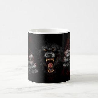 Hombre lobo que rasga hacia fuera su corazón taza de café