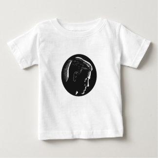 Hombre pensativo en grabar en madera profundo del camiseta de bebé