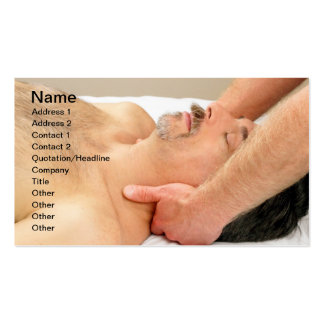 Hombre que consigue masaje del cuello tarjetas de negocios