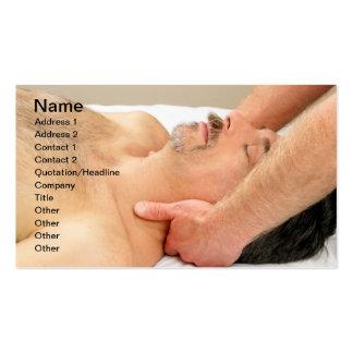 Hombre que consigue masaje del cuello tarjetas de visita