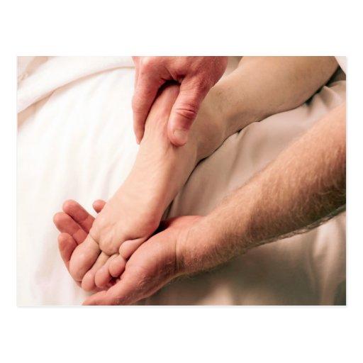 Hombre que da masajes al pie masculino postales