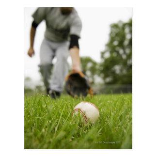Hombre que juega a béisbol postal