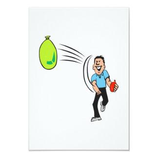 Hombre que lanza un globo de agua invitacion personalizada