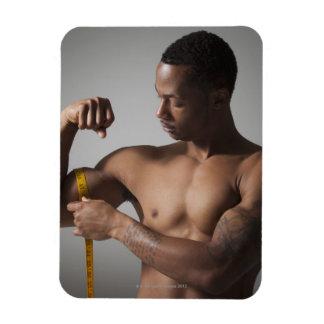 Hombre que mide su tríceps imán rectangular