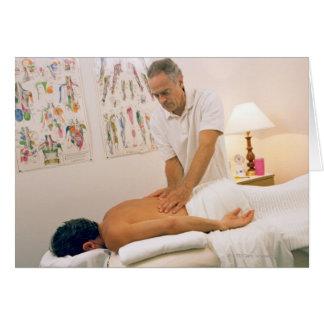 Hombre que recibe masaje tarjeton