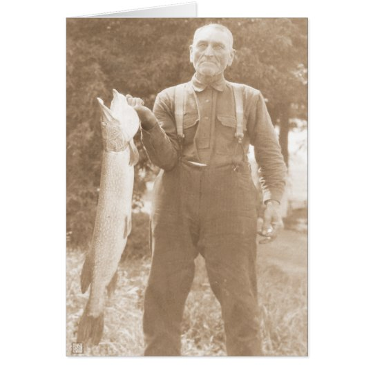 Hombre que sostiene un pescado tarjeta de felicitación