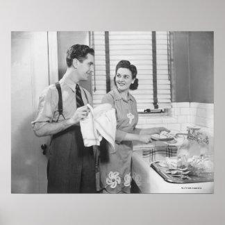 Hombre y mujer que hacen platos póster
