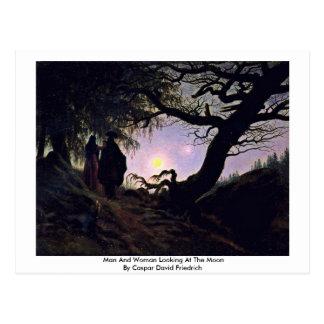 Hombre y mujer que miran la luna tarjeta postal