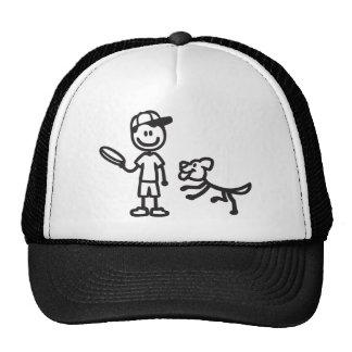 Hombre y perro del palillo que juegan el disco vol gorro de camionero