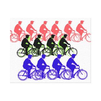Hombres en silueta colorida de las bicicletas en impresión en lienzo estirada