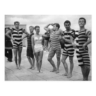 Hombres torpes del vintage en bañadores con la postal
