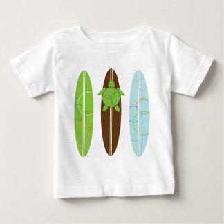 Honu feliz ama la camiseta del niño de la resaca