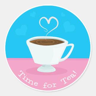 Hora para la taza de té del corazón del té pegatina redonda