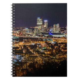 Horizonte de Pittsburgh en la noche Cuaderno