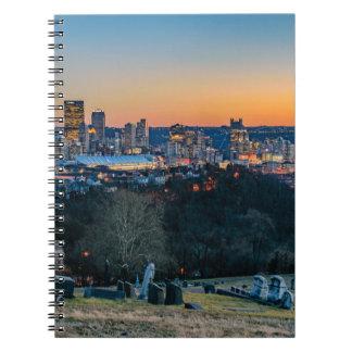 Horizonte de Pittsburgh en la puesta del sol Cuaderno