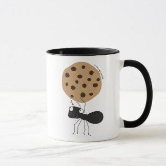 Hormiga con la taza de la galleta