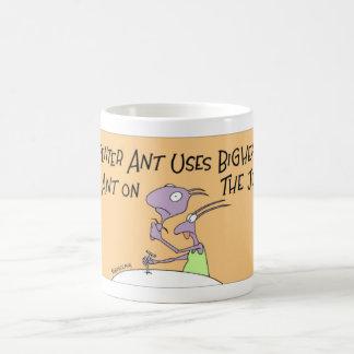 Hormiga de carpintero en el trabajo taza de café