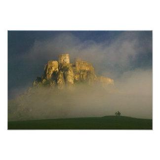 Hrad de Spissky en la niebla, Eslovaquia 2 Impresiones Fotográficas