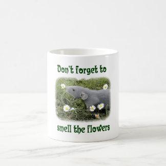 Huela las flores taza de café