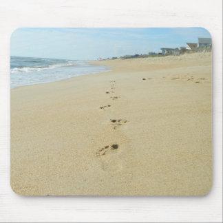 Huellas abajo de la playa alfombrilla de ratón