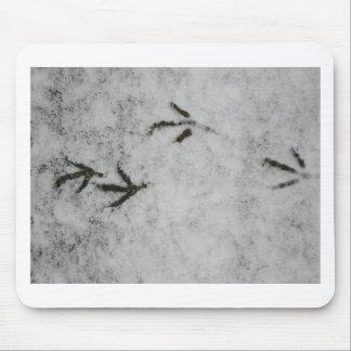 Huellas de la focha en la nieve alfombrilla de ratones