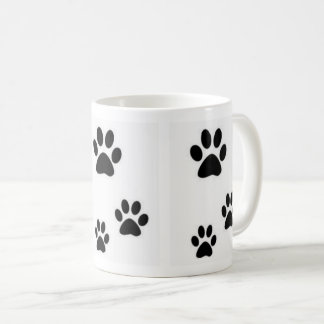 Huellas de la taza hermosa de los gatitos