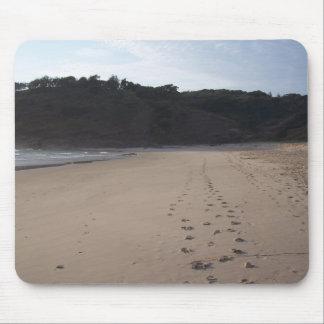 Huellas en arena en la playa principal herbosa tapete de ratón