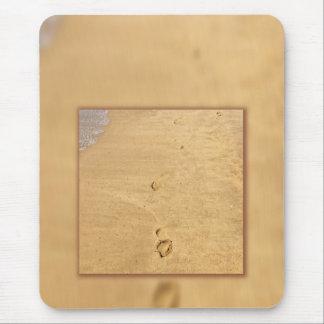 Huellas en el collage de la arena alfombrilla de ratón