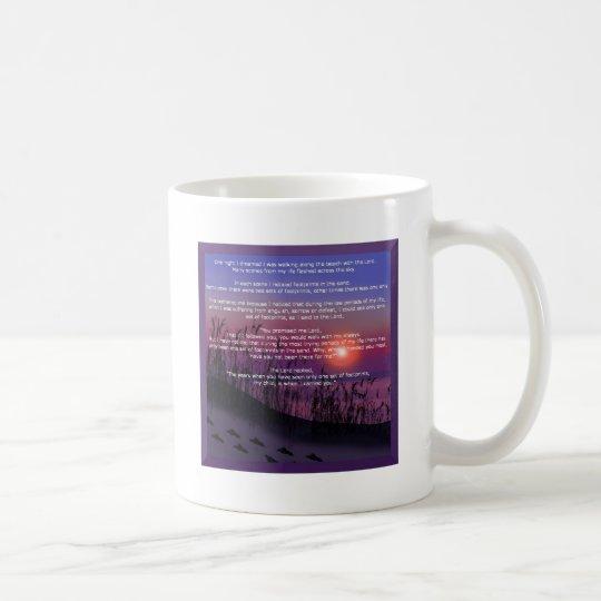 Huellas en la arena taza de café