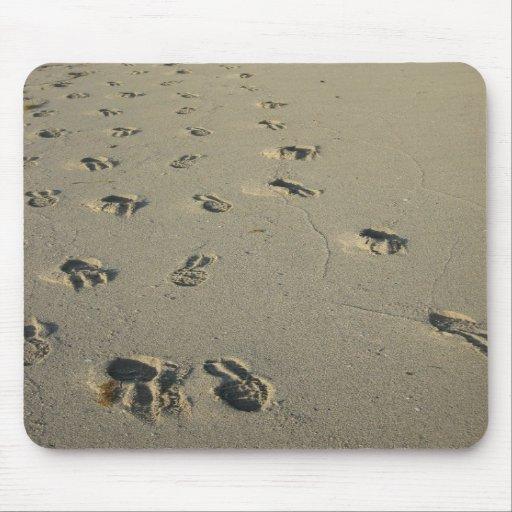 Huellas en la playa alfombrilla de ratones