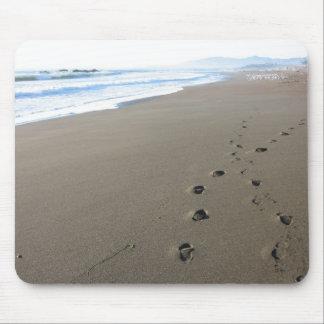 Huellas en la playa de California Alfombrilla De Ratones