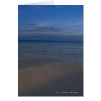 Huellas en la playa tarjeta de felicitación