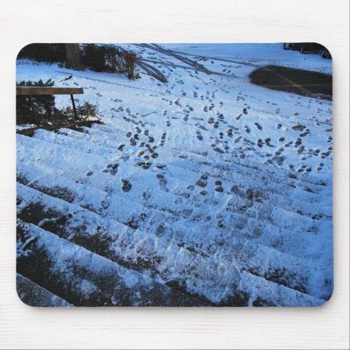 Huellas en pasos sacados el polvo nieve alfombrilla de ratón