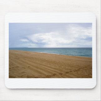 Huellas en una playa sola alfombrilla de ratón