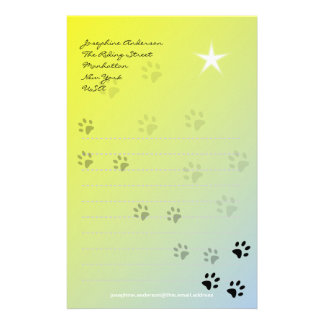 Huellas frescas del gato con el fondo amarillo  papeleria de diseño