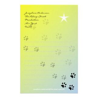 Huellas frescas del gato con el fondo amarillo papelería personalizada