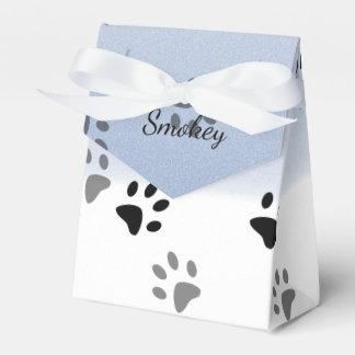 Huellas frescas del gato en plantilla de la nieve caja para regalos