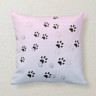 Huellas frescas rosa y azul del gato cojín