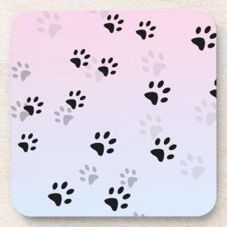 Huellas frescas rosa y azul del gato posavasos