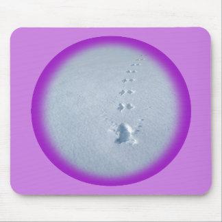 Huellas salvajes del pájaro en nieve tapetes de ratones
