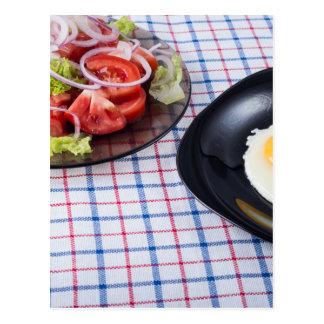 Huevo frito con la ensalada de la yema de huevo y postal